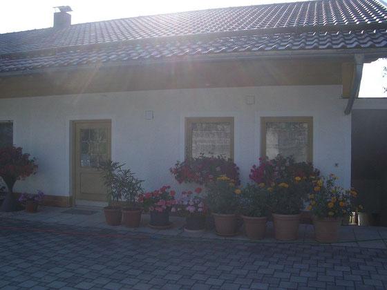 Außenansicht mit Blick auf die Eingangstür der Fewo im Parterre, für 4 Personen