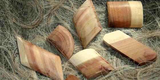 Rohlinge aus Pflaumenholz für handgefertigte Knöpfe in Stralsund Atelier, zweifarbig, groß, länglich, seltene Knöpfe aus Holz, handgemacht, Farbe Natur