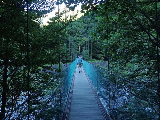 吊り橋を渡るといよいよ登りだ
