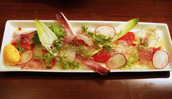 <真鯛のカルパッチョ> さっぱりしてぺろんと食べられてしまう。真鯛の旨味が濃厚