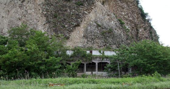 写真15 大岩の直下に道が見える。どうしてこんな危険な所に道を?