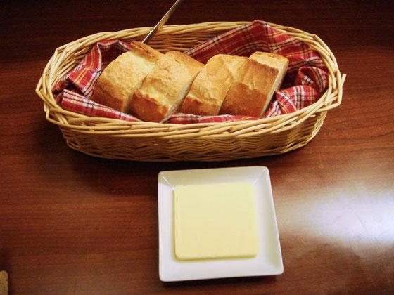 暖かくおいしいパン 2人分でちゃんとしたバターもついて¥200。お安いと思います!