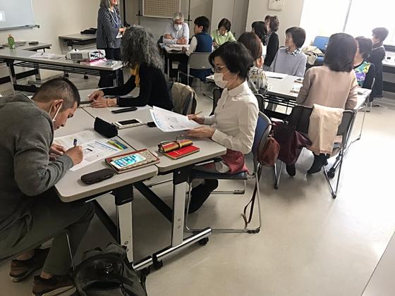 ☆案内役の講師は佐藤弥子さんお一人。4つの「島」を作ってグループで教えあい。2時間の講座が終わって帰るころにはお互いにずいぶん親しくなりました。