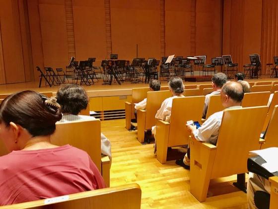 ☆開演前16分。すばらしいホール。床は板張り。座席は前の人の頭が気になりません。