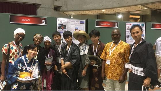 浴衣姿の日本選手団とアフリカからの唯一の参加者であるナイジェリア代表