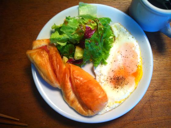 日曜日:ベーコンマヨネーズパン+目玉焼き+ホットコーヒー