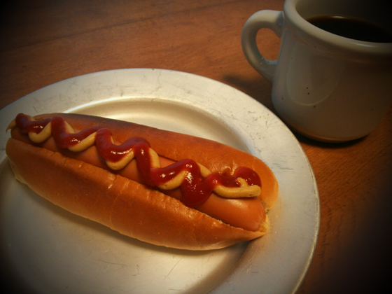で本日の朝食♪ もちろんソーセージの下にはピクルス&オニオンも仕込んでますから完璧でしょうw 超まいう~でした♪  *朝から2本くらい余裕でイケますが、そこは一本で我慢!、、、、で食べ終わった後、もう一本作っときゃよかったって、、、(汗)w