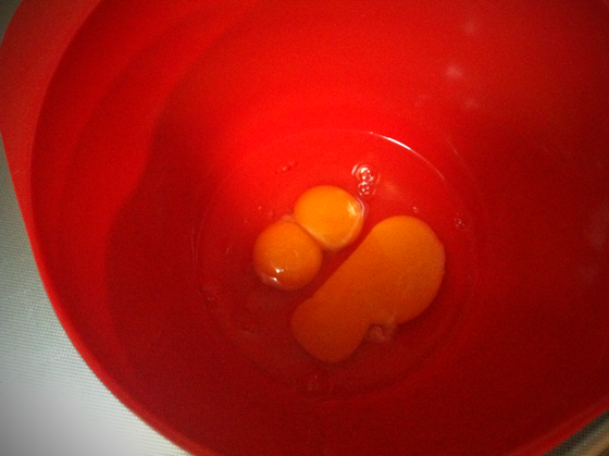 スクランブルエッグを作ろうとして卵を割ると黄身が二つ、、、おぉ!朝からラッキー♪とは思えない、、、むしろ怖いし! 大人になるといろいろ考えてしまいますよね、、そういえば殻も薄かったような、。(汗) *と思っても食べるんですけどねw