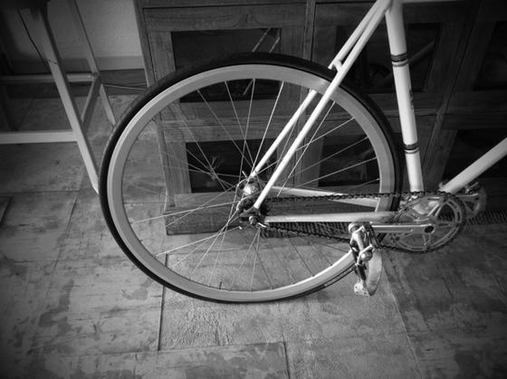 久しぶりにピストで通勤、、1㎞くらい走った所でリアの空気圧が明らかにおかしい、、アッという間に空気が抜けて、、、店まで残り6㎞!自転車押して土佐道路の直線は長かった~。。。