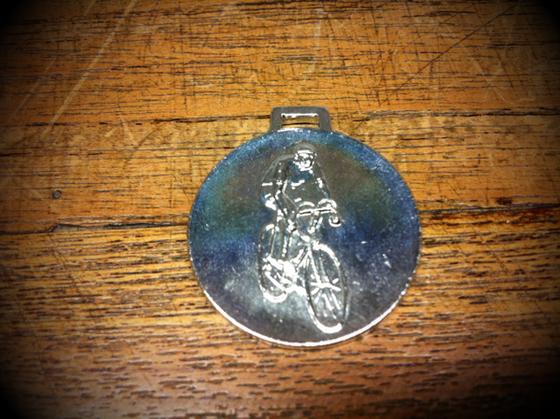 先日の凸版印探してるときに出てきたメダルとバッチ、、5年は行方不明になってたと思うんですけど、「こんなとこに入れてたっけ?」てとこから出て来て(汗)、。 コレNITTOの非売品メダルで70年くらいなのかな?二つ持ってて一つはピストのサドル下にぶら下げてて傷だらけなんでコイツに変えるか、、大事に取っとくか、、、ん~。。。