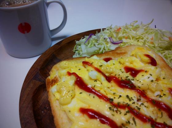 今朝はトーストにしてみました。  コーヒーが切れてたので、ミルクティーを合わせましたが、、、、悪くなかったです。