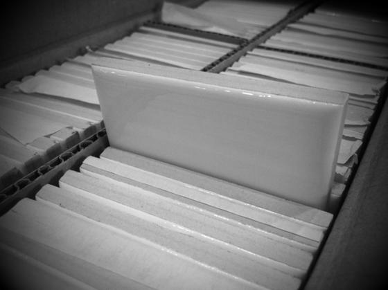新しいNIMAで使う什器や材料が連日届いちゃって、。 昨日届いたのはタイル!4箱届きました。 この写真だけじゃどんなんだか?どこに使うのか????でしょうけど、シャンプー台周り用ですね、。 普通のじゃありませんよ~ん♪w タイトルの「NY地下鉄、、、?」なんの関係があんの?でしょ~w  このタイル、ニューヨークの地下鉄構内に使われてるタイルなんですよね。 ソニアパークさんのカフェのキッチンで使われてるヤツって言った方がわかりやすいかな?w 一気に楽しみになってきたでしょ~w 楽しみにしててくださいね♪♪
