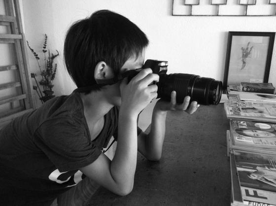 前にネタにした壊れて哲平のおもちゃ化したカメラですが、その後も持ち歩いて遊んでたみたいなんで、、、そしたらこの間、「お父さんカメラ壊れてないって!w」って遊びから帰ってきた。聞けば、友達のおじいちゃんがカメラ屋さんで持って行き見てもらったらしくて(汗)で壊れてないことが判明! てか壊れてたのは標準で付いてた単焦点レンズの方だっだのを思い出す、、それで望遠を付けたまま放置してたんだった、。 まあ使う機会もないんでいいかぁw *20年前のカメラなんでこいつに合う電池は普通には売ってないそうです、。