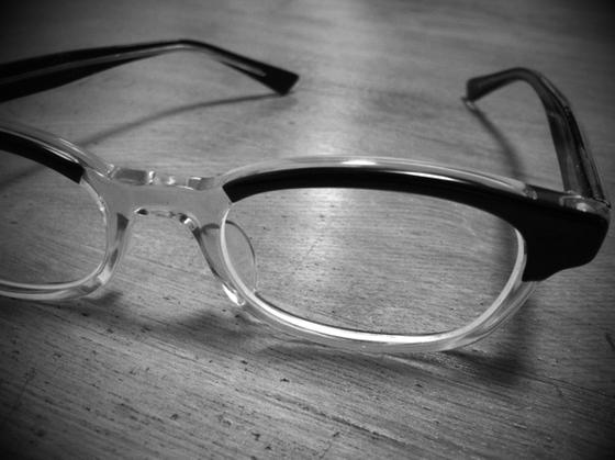 17~8年ぶりにメガネをモデルチェンジした。 以前ブログネタにもしましたが、今までメインで掛けていたメガネは同型を6本持ってます!w そのくらい好きなんで嫌になったわけじゃあないんですけど、それ以上に気に入った物が無かったって言うのが本当の所でした。 ですがデザイン、サイズ共にいい感じの見つけたんで購入! これが超調子よくて♪、、超気に入ってます! *写真見て、、「どこにでも売ってそうじゃん!」って思うでしょうが、これサイズ小さいのが最大のポイントで、デザインも古くさくなくヌケ感もあって◎♪