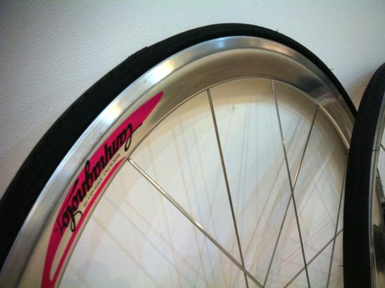 制作中の自転車にポリッシュ仕上げのディープリムをつけたくて、、、ヴェロシティーじゃ色気が無いし、、、、てことでカンパに、。