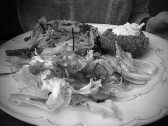 """普通だったら作り手に悪いから、残すのあかんと思いますが、これは仕方なかったです! 何処のお店か言えないのが残念! *隣の席の方の料理に""""虫""""が入ってたみたいで帰り際に小声でそれを告げてました、。なのに帰った後、「フライパンの焦げがついてただけじゃない?!」って!だとしてもダメでしょ~(汗) 悲しい昼食でした。"""