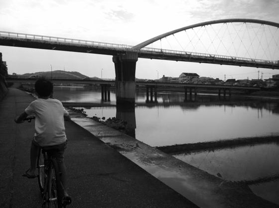 自転車にも慣れてきたようだしいつもと違うコースで通勤。 鏡川沿いのこのコース、、息子さんのお気に入りになったみたい♪