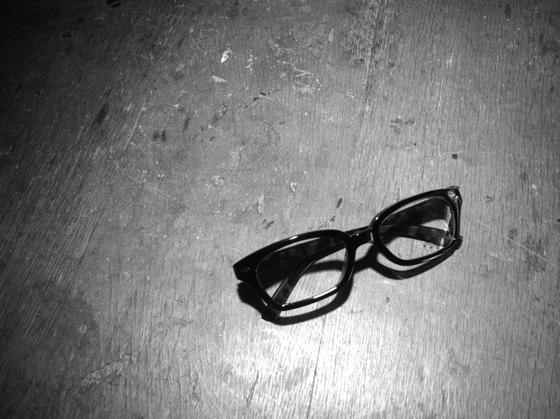 コレ僕の眼鏡じゃありません、、奥さんのです。 奥さんの視力は裸眼で1.5あるんです!?ってことは、、、、(汗) そうでない方もそのうち来るでしょうww 僕はとっくにきていますw *近眼の人は〇眼が来ないってことをよく聞きますがそれは都市伝説です!wちゃんと来ますから、。