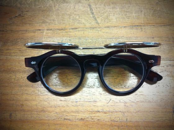 フリップ式のメガネでサングラスとしても、。 、、、、言いたいことはわかりますよ、、「ふざけてる!」「キャラ作り!」など色々聞こえてきそうですけど、真面目に選びましたw