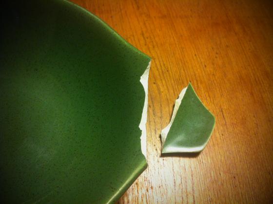 奥さんが洗ってる時に割ってしまったラッセルライトのデップ皿、、綺麗に割れててチップも無いんんでリペアしてみる、。