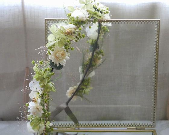 Couronne de mariée en fleurs stabilisées par La cinquième Saison, dans les teintes d'ivoire et vert pastel. Fleurs d'hortensia, gypsophile, eucalyptus, immortelles et lin doré.