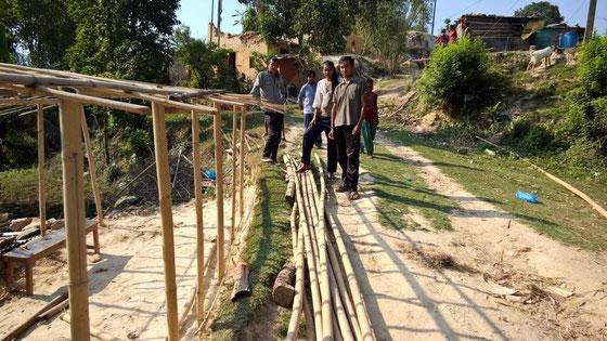 © ng - Gerüst aus Bambus für die Anbringung von Wellblechen