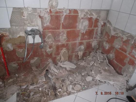 Badezimmer mit Bauschutt nach dem Ausbau einer Badewanne und von Wandfliesen