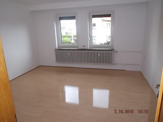 frisch gestrichener Raum mit zwei Fenstern