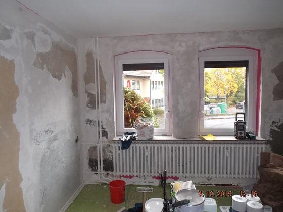 Raum mit zwei Fenstern und verputzten Wänden