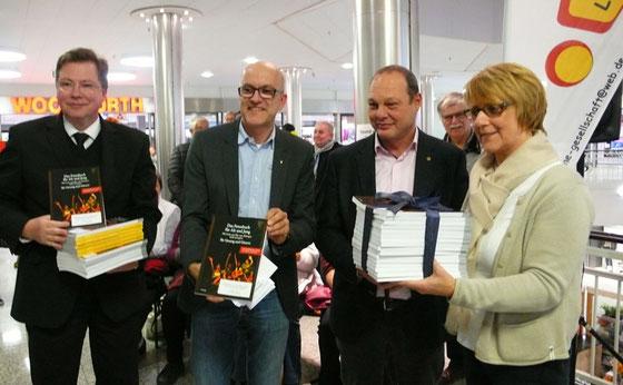 Ein willkommenes Geschenk: Caroline von Blanckenburg dankt Bernd Vogel (von links), Alexander Machill und Stefan Bause von den Lions. Foto: Dirk Lange
