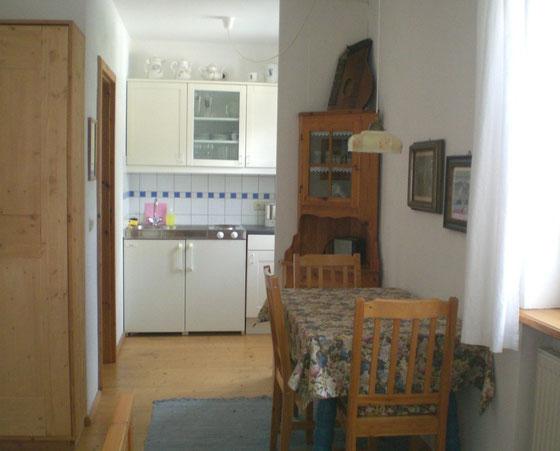 Wohnung EG, Blick zur Küche, links geht's ins Bad