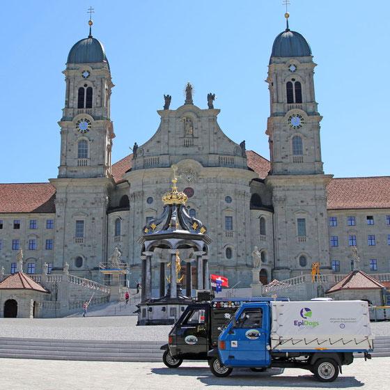 Die Drüradbrüedere vor dem Kloster Einsiedeln