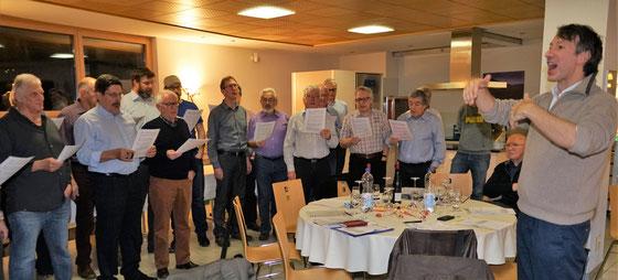 Im Fürstlichen Weingut in Hornussen.Der Chor während der GV mit einer Liedeinlage