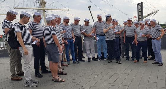 DerFricker Matrosenchor beim Singen am Quai in Hamburg