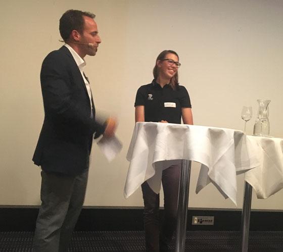 Die Nidwaldner Mountain-Bikerin Alessandra Gespräch im Gespräch mit Moderator Christian Graf
