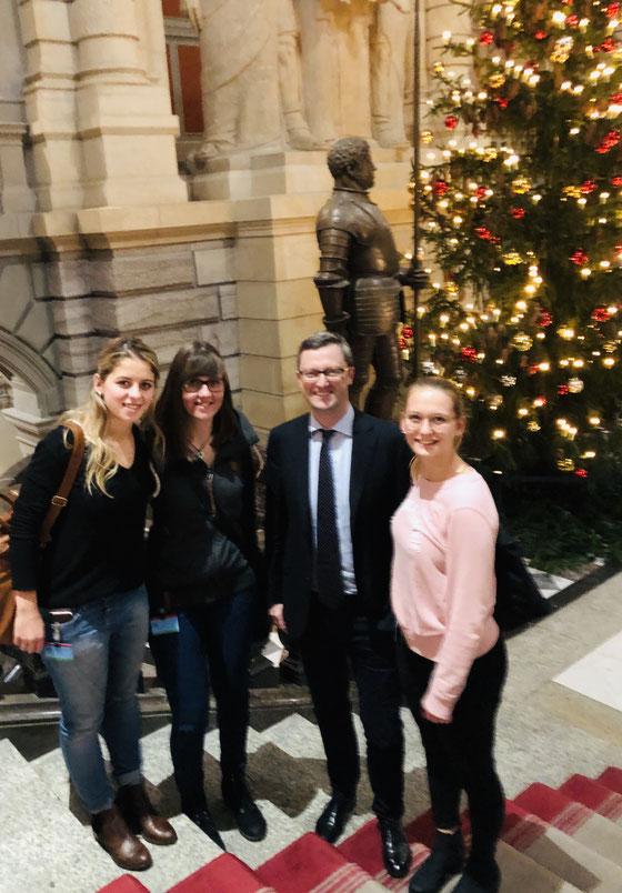 Drei Lernende für Fachfrau Gesundheit (FaGe) zum Interviewtermin im Bundeshaus