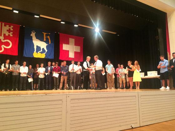 Der Nidwaldner Bildungsdirektor Res Schmid übergibt die Diplome (Juli 2015)