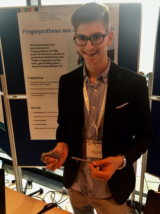 Einer der vier Nidwaldner Jungforscher: Marco Savignano mit seiner 3D gedruckten Fingerprothese