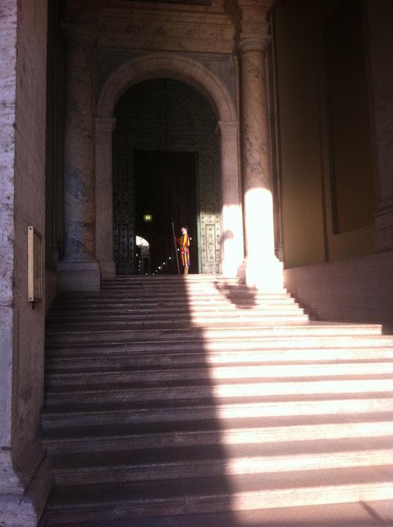 Gardisten bewachen den Eingang zum Vatikan