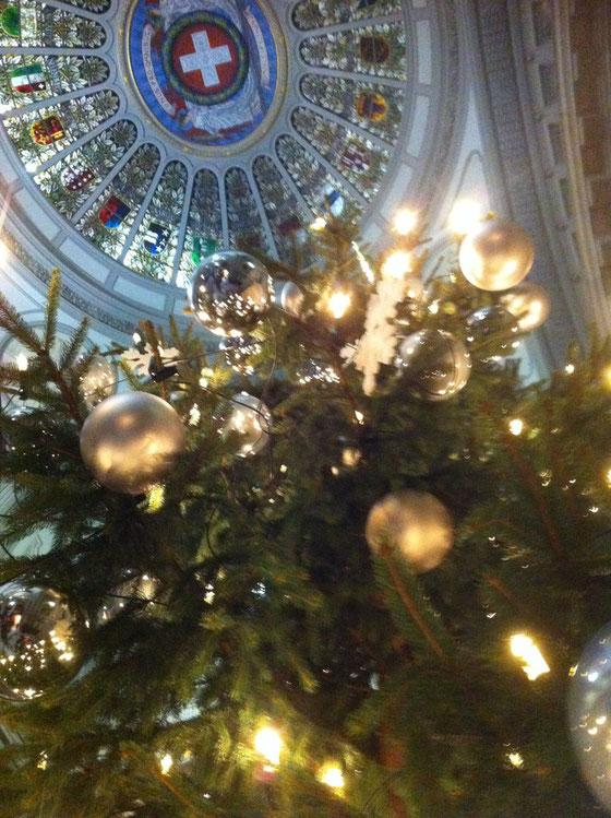 Der alljährliche Weihnachtsbaum unter der Bundeshauskuppel