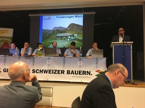Referat des Milchverarbeiters Hans Aschwanden (fromarte) an der GV des Nidwaldner Bauernverbandes. Vorne rechts: NR und Bauernpräsident Markus Ritter macht sich Notizen