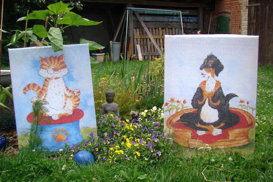 Ein Yoga Hund und eine Yoga Katze, gemalt auf Leinwand sitzen im Garten.