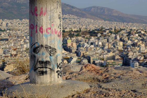 Mathieu Guillochon photographe, voyage, Grèce, Athènes, vue générale, colline de Filopappou, tag, graffiti, agglomération, collines, couleurs.