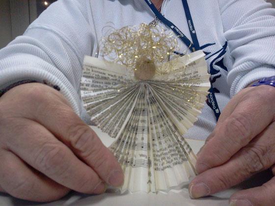 Engel mit lockigem Haar und Holzkopf aus alten Blättern der Gotteslobe - Hergestellt in St. Joseph