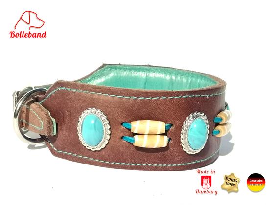 Dunkelbraunes Windhundhalsband aus Fettleder mit türkiser Naht türkisen Perlen Polsterung und türkisem Innenfutter