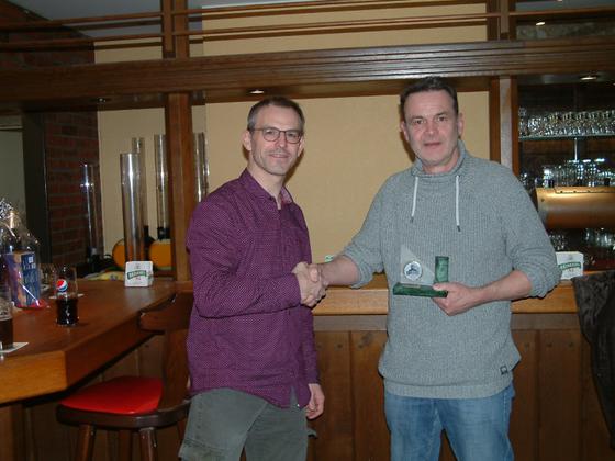 Turnierleiter Peter gratuliert dem Dortmunder Meister 2019 Volker