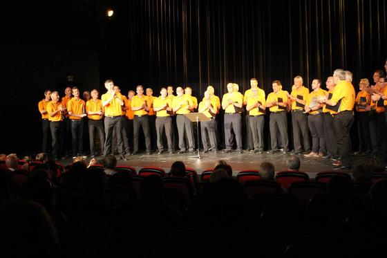 Der Chor während dem Auftritt im Monti