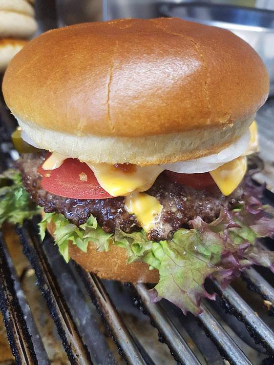 alle Gerichte wie Burger und Co dürfen auch gerne in unserer Bar verzehrt werden
