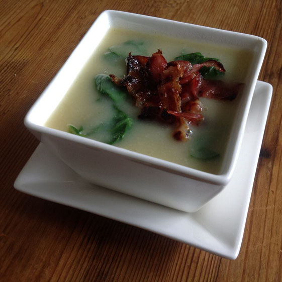 Bloemkoolsoep met spinazie en bacon.