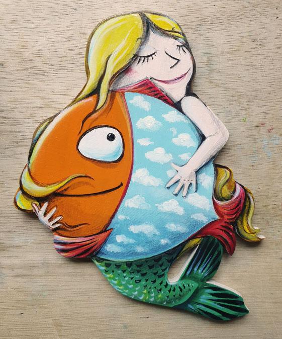 Fantasiemotiv mit einer kleinen Nixe und einem großen, runden Fisch, den sie in den Armen hält. Der Fisch hat einen hellblauen Körper mit weißen Schäfchenwolken.